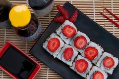 Uramaki日本人草莓 库存照片