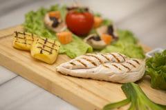 Uramaki Classico di Filadelfia Salmone, formaggio di Filadelfia, cetriolo, avocado, tobiko Fotografie Stock