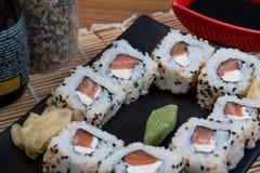 Uramaki japonés de la comida Fotografía de archivo