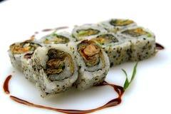 Uramaki-maki Sushi, auf weißem Hintergrund Stockfoto