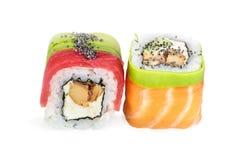 Uramaki-maki Sushi, zwei Rollen lokalisiert auf Weiß Stockfotos