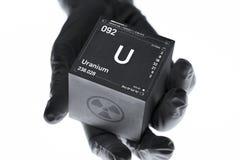 Urankub i handen av en forskare royaltyfri fotografi