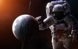 Uranus sur un fond brouillé avec un astronaute géant Des éléments de l'image sont fournis par la NASA photo libre de droits
