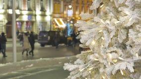 Urashennaya choinka, w górę W tle z ostrości ludzie chodzą atmosfera świąteczna zbiory