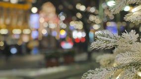 Urashennaya choinka, w górę W tle z ostrości ludzie chodzą atmosfera świąteczna zdjęcie wideo
