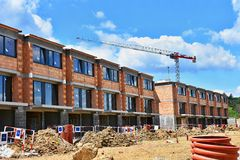 Żuraw i budowa nowi budynki Piękny tło dla przemysłu budowlanego nowy dom Zdjęcie Royalty Free