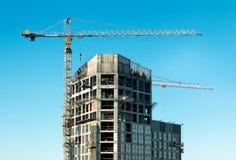 Żuraw i budynek przeciw niebieskiemu niebu Zdjęcia Royalty Free