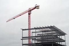 Żuraw na białym chmurnym szarym niebie z budowy struktury metalu architektury przemysłowym budynkiem Fotografia Royalty Free