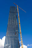 Żuraw na drapacza chmur placu budowy Zdjęcie Stock