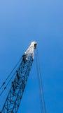 Żuraw na niebieskim niebie zdjęcie stock