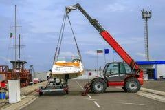 Żuraw podnosi łódź Zdjęcie Stock