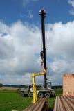Żuraw podnosi lintel Zdjęcie Royalty Free