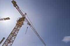 Żuraw przeciw niebieskiemu niebu pojęcie budowa dotyka złota domów klucze Zdjęcie Stock