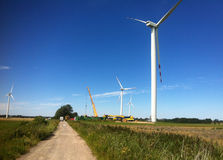 Żuraw przy wiatraczka gospodarstwem rolnym Zdjęcie Royalty Free