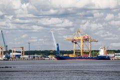 Żuraw rozładowywa zbiornika statek w Moby Dik zbiornika terminal Kronshtadt, Rosja Zdjęcia Royalty Free