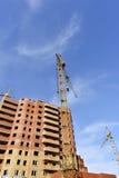Żurawia i budynku budowa przeciw niebieskiemu niebu Zdjęcie Royalty Free