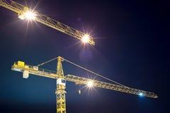 Żurawie i iluminacja przy nocą Zdjęcie Royalty Free