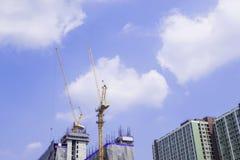Żurawie na górze wysokiego budynku w budowie Zdjęcie Royalty Free