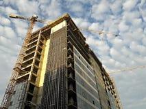 Żurawie pracuje przy nowym budynkiem Zdjęcia Royalty Free