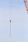 Żurawie w budowie z niebieskim niebem fotografia stock