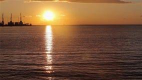 ?urawie w porcie morskim przy zmierzchem, schronienie blisko portu morskiego, pi?kny seascape, wielki port morski przy zmierzchem zbiory