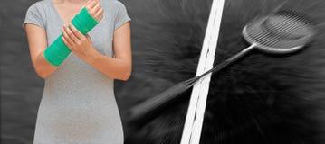 Uraz kobieta jest ubranym sportswear z zieleni obsadą na ręce i ręce Fotografia Royalty Free