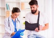Urazu mężczyzna w lekarce obrazy royalty free