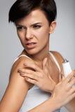 Urazu traktowanie Piękna kobieta Z ręka bólem, Stosuje śmietankę zdjęcia stock