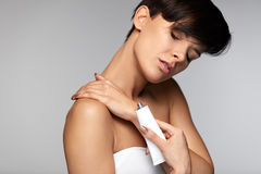Urazu traktowanie Piękna kobieta Z szyja bólem Stosuje śmietankę zdjęcie stock