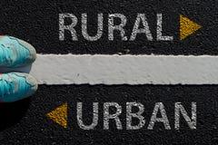 Urbain rural avec le concept de manière différente de flèche pour choisir la manière à l'ur Photos libres de droits