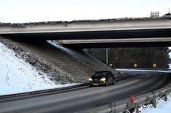 =urban μεταφορά, που περνά κάτω από τον επικίνδυνο, καταστρεμμένος, γέφυρα έκτακτης ανάγκης στοκ εικόνες