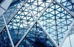 Urban abstrakt begrepp windowed hörn av kontorsbyggnad arkivbild