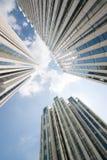 Urban arkitektur och Pudong moderna skyskrapor underifrån porslin shanghai arkivfoto