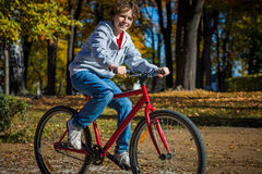 Urban biking - teenage boy and bike in city Royalty Free Stock Photos