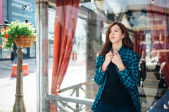 Urban fashionable girl posing outdoors in the city Stock Photography