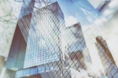 Urban gör sammandrag bakgrund av glass skyskrapor med reflekterad himmel i fönstren Arkivfoto