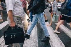 Urban rusar livsstil för folkmassaövergångsställestad arkivfoton