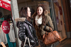 Urban scene with two young women shopping Royalty Free Stock Photos