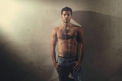 Urban sköt av den shirtless stiliga mannen Arkivbilder