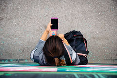 Urban sporty woman texting on smartphone Royalty Free Stock Images