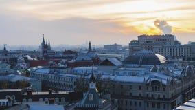 Urban tak, horisontlinjen och natten trafikerar Royaltyfria Foton