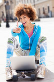 Urban woman with laptop and thumbs up Royalty Free Stock Images