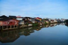 Urbano lungo il canale Immagine Stock