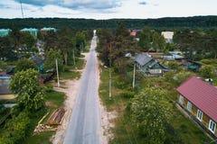 Urbano-tipo ruso acuerdo con las casas de madera en bosques verdes de la región de Leningrad Imagen de archivo