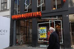 Urbanoutfitters butikskedja i Köpenhamnen Danmark 75% av Royaltyfri Bild