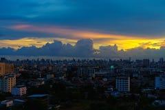 Urbanscape do céu azul e da nuvem da vista imagens de stock