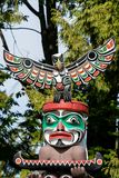 Urbefolkning totempåle som föreställer unik kultur av de första nationerna arkivfoton