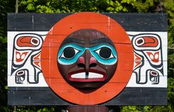 Urbefolkning totempåle som föreställer unik kultur av de första nationerna arkivbild