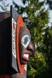 Urbefolkning totempåle som föreställer unik kultur av de första nationerna arkivbilder