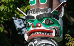 Urbefolkning totempåle som föreställer unik kultur av de första nationerna royaltyfria foton